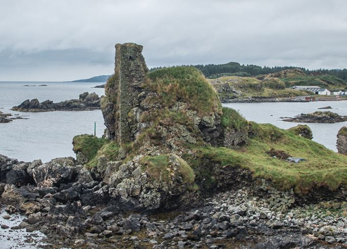 Dunyvaig Castle on Islay in Lagavulin Bay